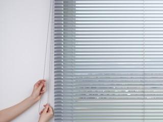 Jalousie vor der Fensternische auf Wand oder Decke montiert